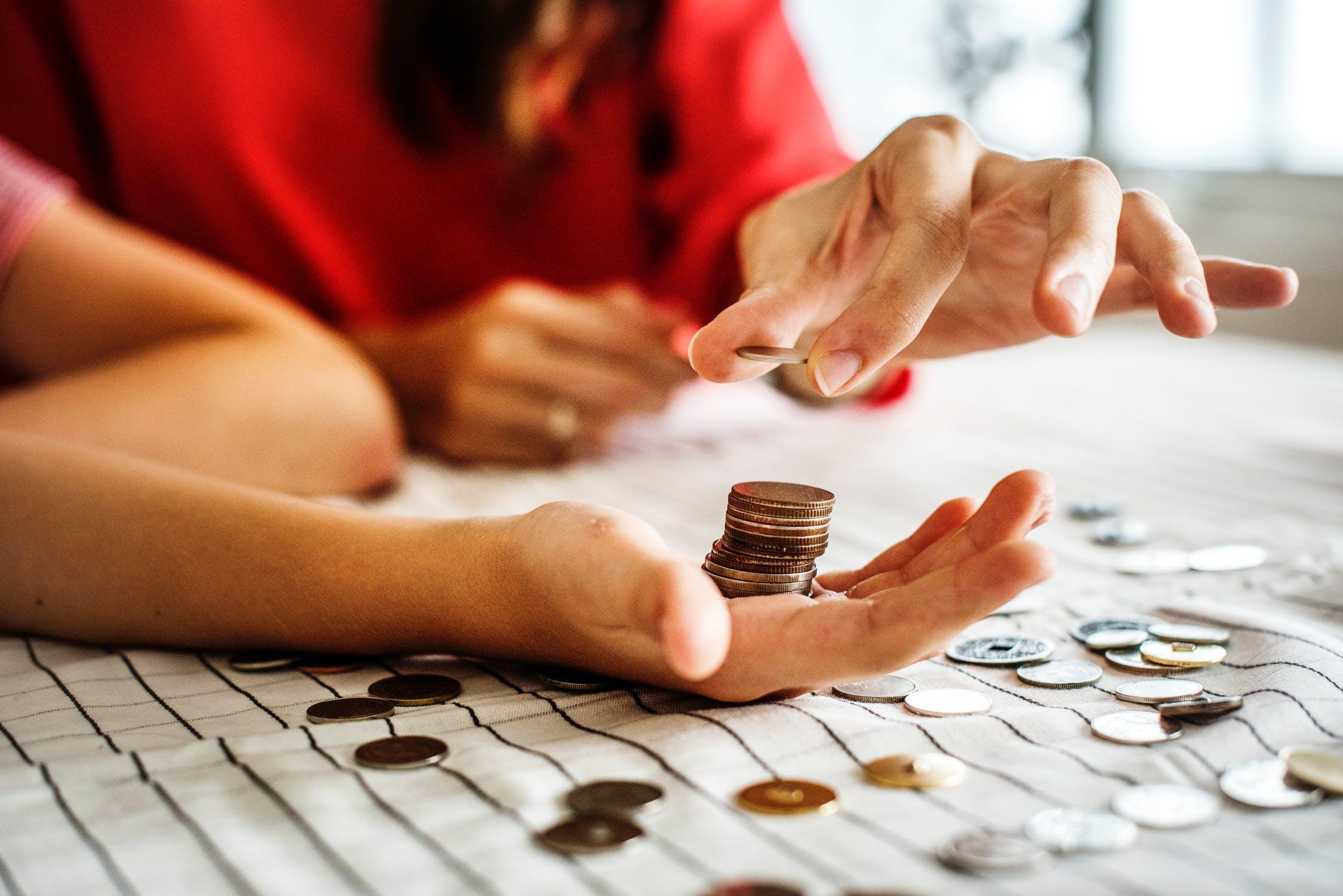 Jeune couple qui calcule ses économies avant de faire un prêt immobilier
