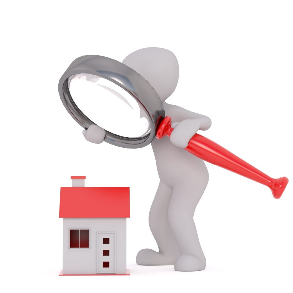 Personnage examinant une maison à la loupe pour savoir quelle est la différence entre droit de passage et servitude