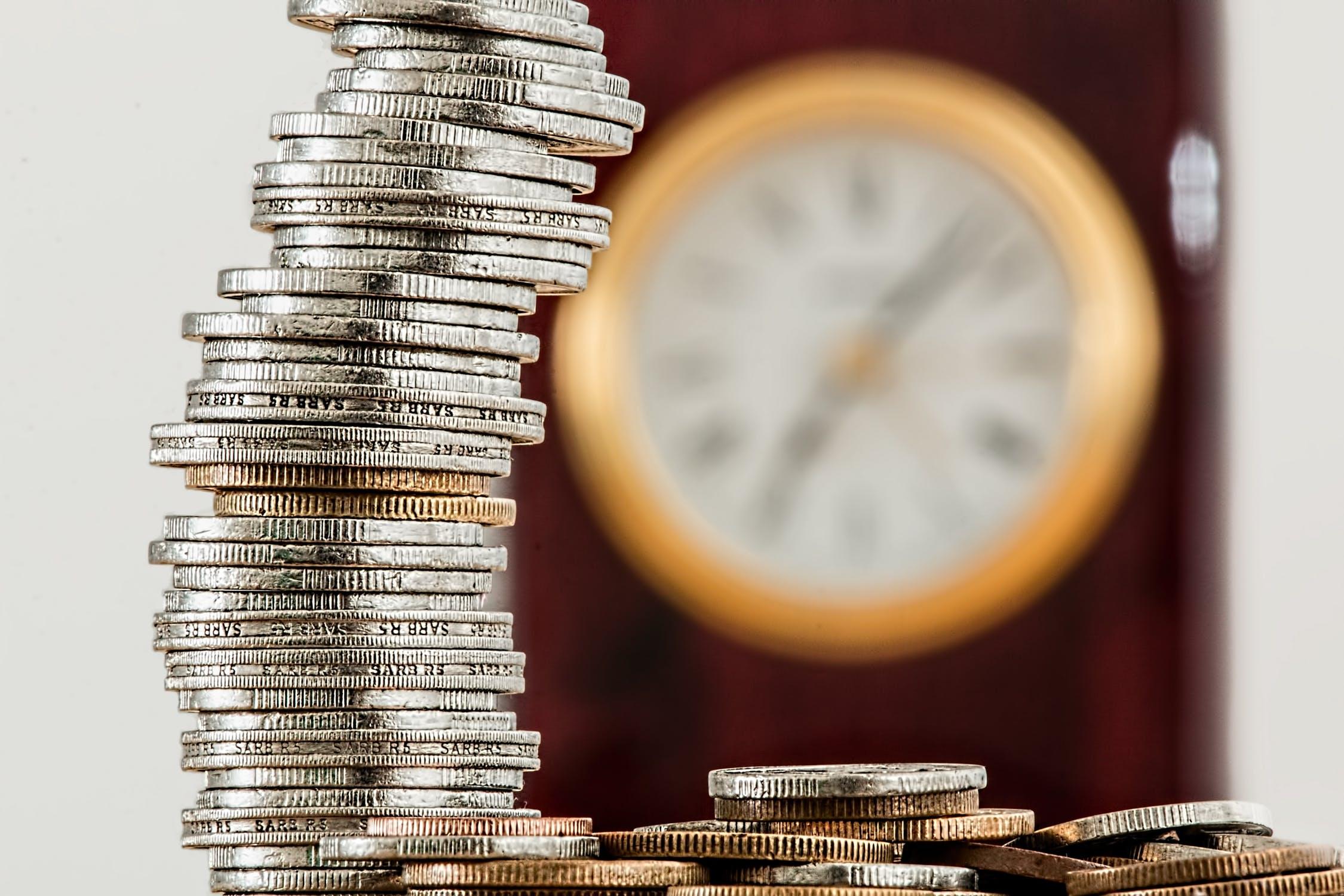 Pile de pièces pour rembourser un prêt relais avec l'achat d'un bien immobilier