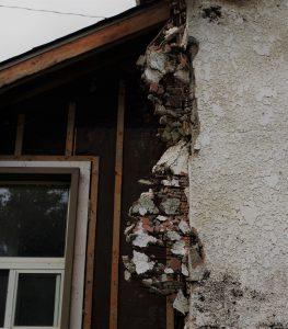 Mur de maison effondrée avec amiante