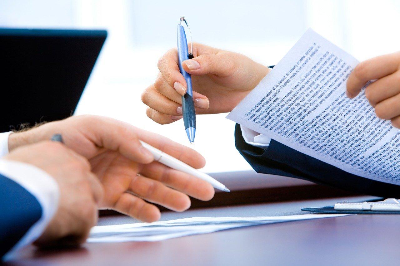 deux personnes discutant d'un contrat avant signature